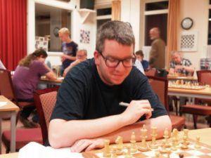 Roland Kop was jarenlang het oudste jeugdlid van de vereniging, maar besloot dit seizoen om toch maar bij de senioren te gaan spelen. (Foto Schaakvereniging Sliedrecht)