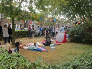 Voor de kinderen was er een springkussen en kon worden deelgenomen aan een kleedjesmarkt. (Foto Martin Dekker / Sliedrecht24)