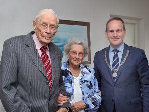 Namens de gemeente Sliedrecht ging burgemeester Bram van Hemmen (CDA) op bezoek bij de heer en mevrouw Van Veen. (Foto gemeente Sliedrecht).