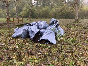 Niet bekend is wie de zakken met hennepresten heeft achtergelaten bij het Alblasserbos. (Foto Jeroen den Hartog / Staatsbosbeheer)